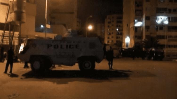 Un véhicule de la police égyptienne patrouille dans les rues du Caire (Egypte), tôt jeudi 15 août 2013. (FRANCE 2 / FRANCETV INFO)