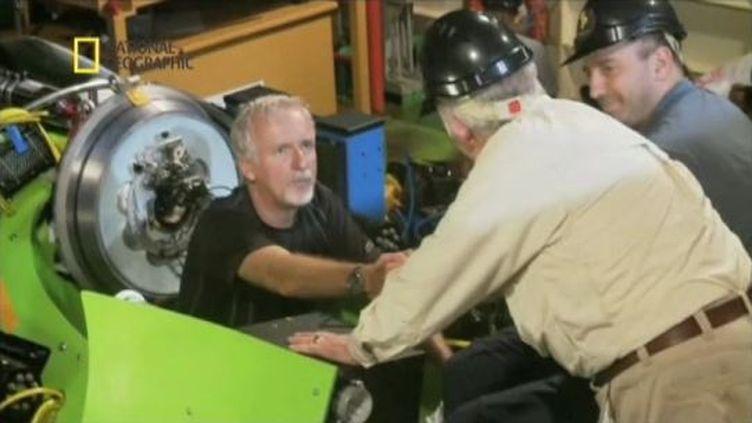 Le réalisateur canadien James Cameron entre dans son sous-marin, le 25 mars 2012, avant de plonger dans la fosse des Mariannes. (FTVI / APTN / NATIONAL GEOGRAPHIC)