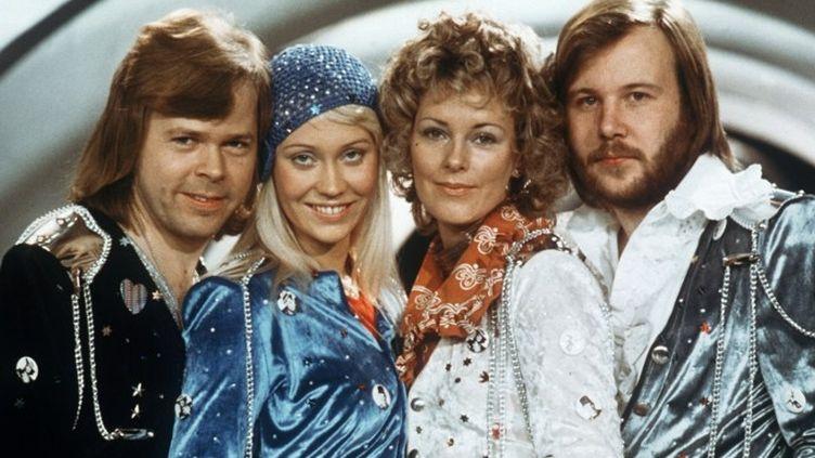 Les 4 membres du groupe ABBA en 1974 à l'Eurovision  (LINDEBORG / SCANPIX SWEDEN / AFP)