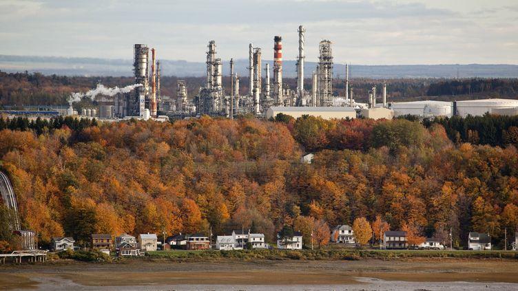Une raffinerie de pétrole sur une rive du fleuve Saint-Laurent, dans la province de Québec (Canada), le 19 mars 2019. (PHILIPPE ROY / AURIMAGES / AFP)