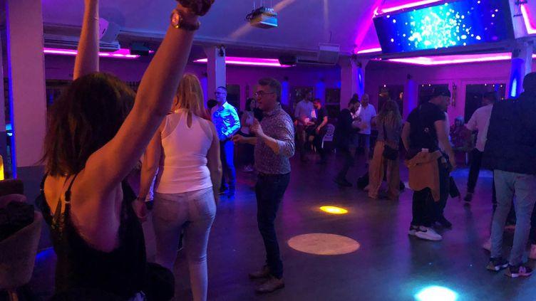 La discothèque du Chalet du Lac a retrouvé ses danseurs, vendredi 9 juillet à Paris. (MARGAUX QUEFFELEC / RADIO FRANCE)