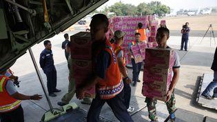 De l'aide humanitaire en partance de Djakarta le 2 octobre 2018 pour les zones d'Indonésie sinistrées par un séisme et un tsunami meurtriers. (ADI WEDA / EPA)