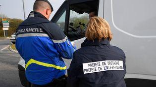 Un contrôle de la gendarmerie, le 20 mars 2020, àPleurtuit (Ille-et-Vilaine). (DAMIEN MEYER / AFP)