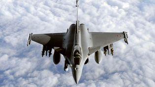 Un avion militaire Rafale, près de la base militaire d'Istres (Bouches-du-Rhône), le 30 mars 2011. (GERARD JULIEN / AFP)