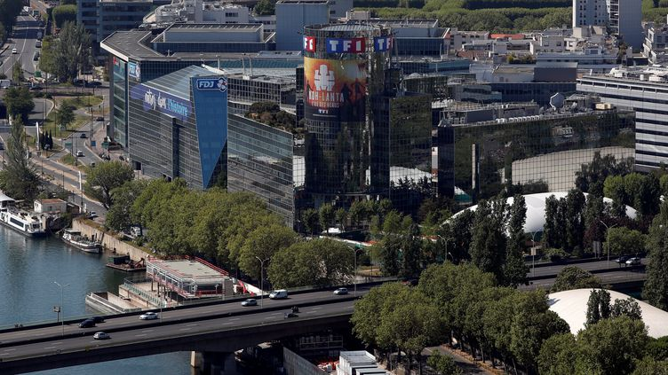 La tour TF1 affiche son émission phare Koh-Lanta. (THOMAS COEX / AFP)
