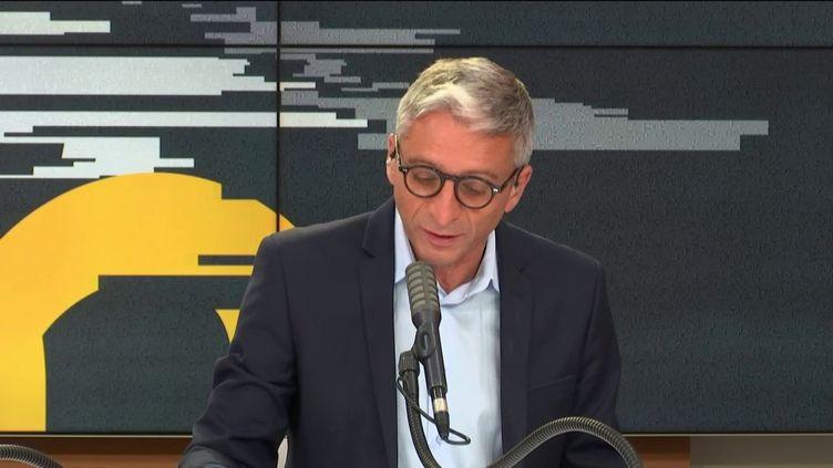 Jean-François Achilli présente Les informés lundi 7 septembre 2020. (FRANCEINFO / RADIOFRANCE)