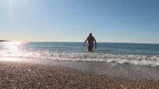 À Cassis (Bouches du Rhône), les touristes les moins frileux se laissent tenter par un plongeon le jour de Noël. (FRANCE 2)