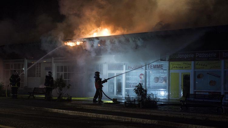 Des pompiers éteignent un incendie dans le quartierDervallières à Nantes (Loire-Atlantique), le 4 juillet 2018. (SEBASTIEN SALOM GOMIS / AFP)