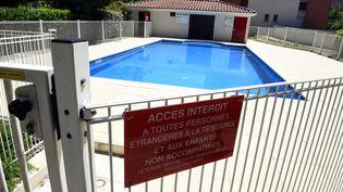 Une piscine privée, à Toulouse, qui fait l'objet d'intrusions régulières et dans laquelle un résident a été agressé, le 24 juin 2015. (  MAXPPP)