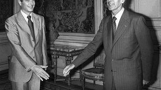 Le 25 août 1976, Jacques Chirac présente la démission de son gouvernement au président de la République Valéry Giscard d'Estaing, à l'Élysée (AFP)