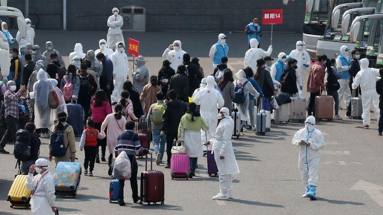 Des gens arrivent à la gare de Wuhan (Chine) aprèsle déconfinement de la ville, vendredi 10 avril 2020. (KOKI KATAOKA / YOMIURI / AFP)