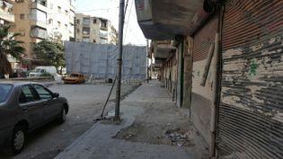 Une bâche sépare l'ouest et l'est assiégé d'Alep. (VALÉRIE CROVA / RADIO FRANCE)