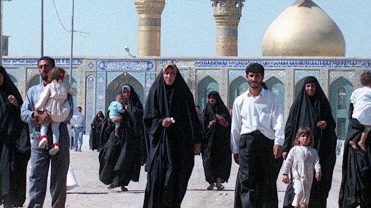 Des Irakiens chiites en pèlerinage dans la ville de Kerbala, où se trouve le tombeau de l'imam Hussein, petits-fils du prophète.  (AFP/ Karim Sahib)