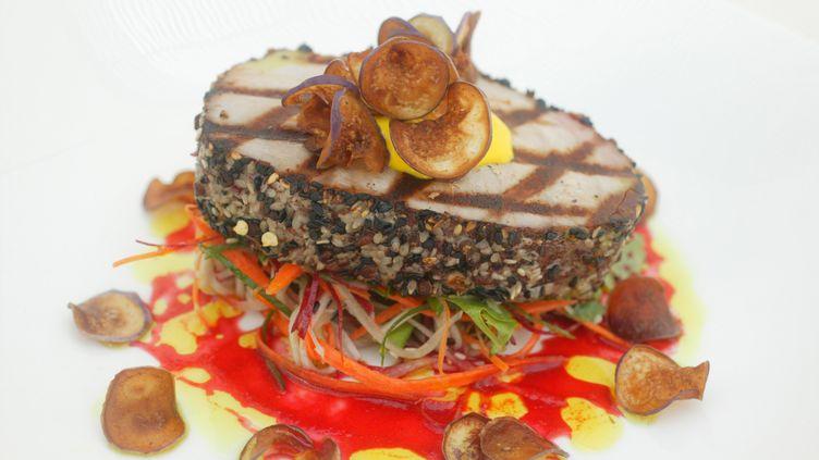 Un steak de thon grillé au poivre. (PASCAL DELOCHE / GODONG / GODONG)