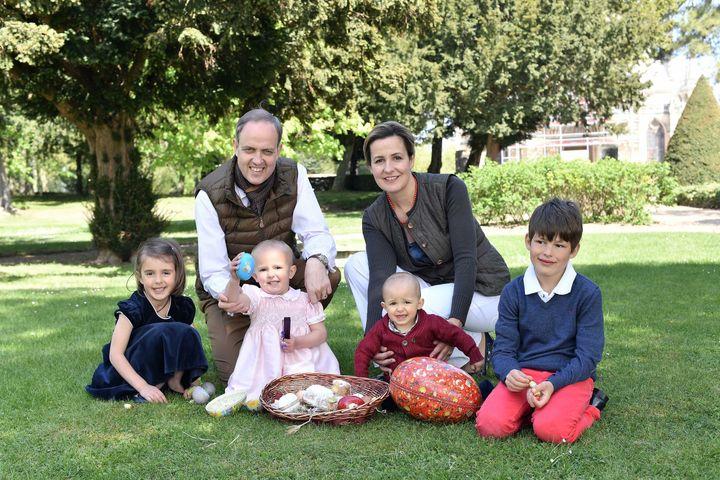 La famille d'Orléans pose dans le jardin du domaine royal de Dreux, en avril 2017. De gauche à droite : la princesse Antoinette, la princesse Louise-Marguerite, le prince Joseph et le prince Gaston avec leurs parents, Jean d'Orléans et Philomena de Tornos y Steinhart. (NIVIERE / SIPA)