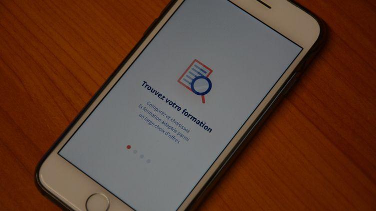 L'applicationMoncompteformation sur un smartphone. (JEAN-CHRISTOPHE BOURDILLAT / RADIO FRANCE)