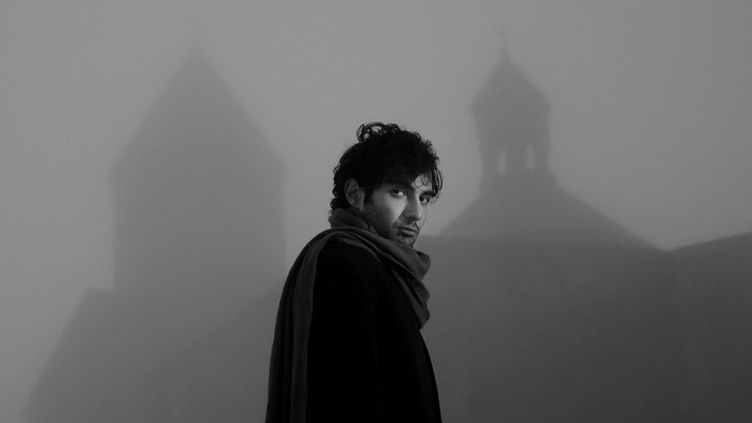 Tigran Hamasyan devant une église arménienne  (Vahan Stepanyan / ECM Records)