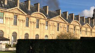 Un incendie s'est déclaré au carroussel du Louvre, à Paris, samedi 9 décembre. (ALEXANDRE BARLOT / FRANCEINFO)