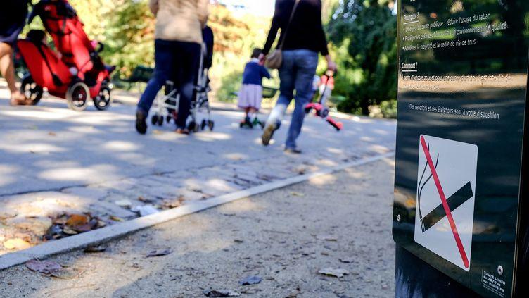 A Paris, les aires de jeux pour enfants du parc Montsouris ont été les premières à faire l'objet d'une interdiction expérimentale du tabac, en octobre 2014. (MAXPPP)