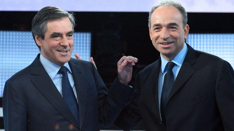 """Les deux candidats à la présidence de l'UMP, François Fillon et Jean-François Copé, sur le plateau de """"Des paroles et des actes"""" sur France 2, le 25 octobre 2012. (MIGUEL MEDINA / AFP)"""