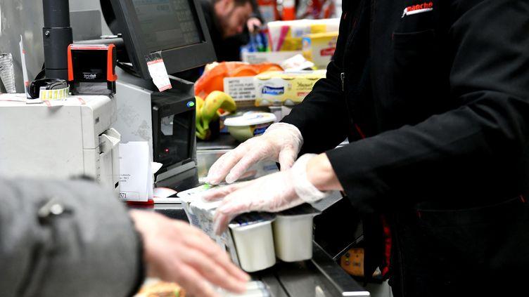 Une cassière dans un supermarché, durant l'épidémie de coronavirus. Photo d'illustration. (ST?PHANIE PARA / MAXPPP)