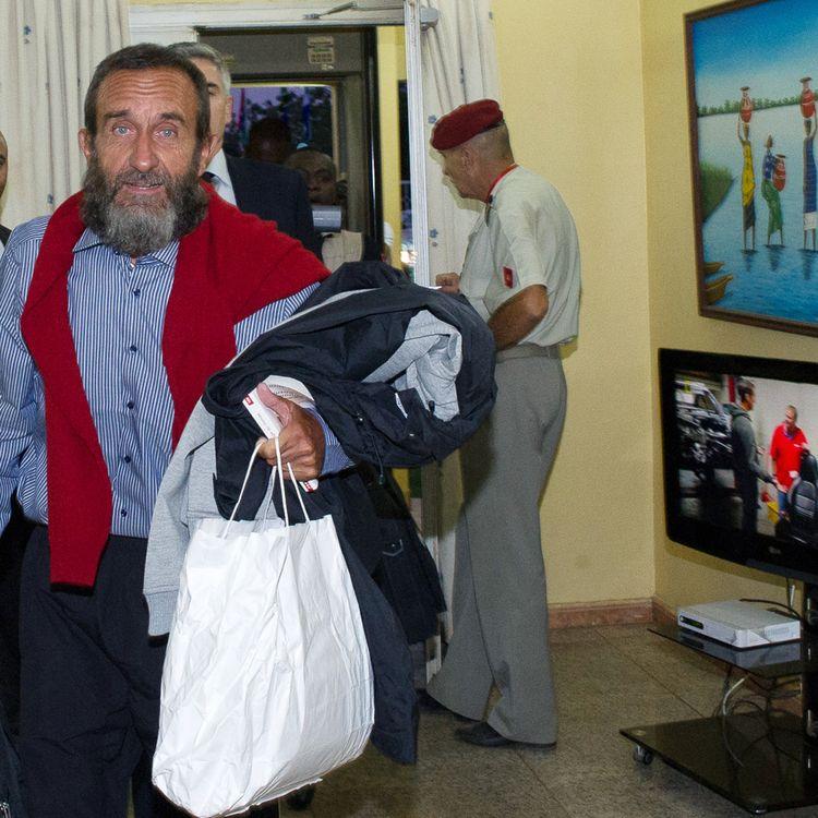 L'ex-otage Daniel Larribe à l'aéroport de Niamey (Niger), le 30 octobre 2013. (EMA / ARMEE DE TERRE / ECPAD)