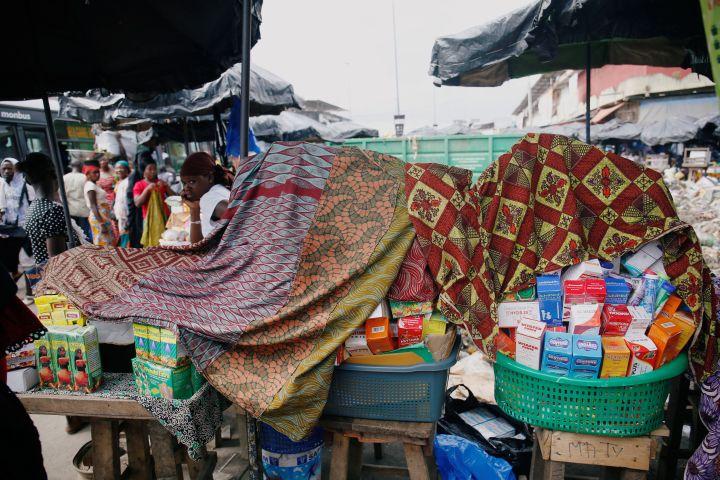 Vendeur de faux médicaments dans une rue d'Abidjan, en Côte d'Ivoire, le 3 octobre 2018. (LUC GNAGO / X01459)