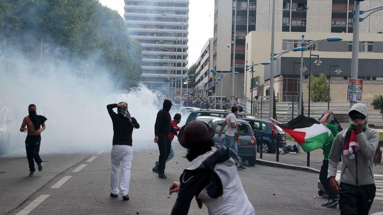 Heurts entre manifestants et forces de l'ordre, le 20 juillet 2014 à Sarcelles (Val d'oise). (JACQUES DEMARTHON / AFP)