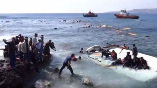 Des migrants attendant les secours après le naufrage de leur bateau, au large de l'île de Rhodes (Grèce), le 20 avril 2015. (RODIAKI / YOUTUBE)