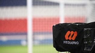 Une caméra de Mediapro lors d'un match entre le PSG et Lyon, en décembre 2020. (FRANCK FIFE / AFP)