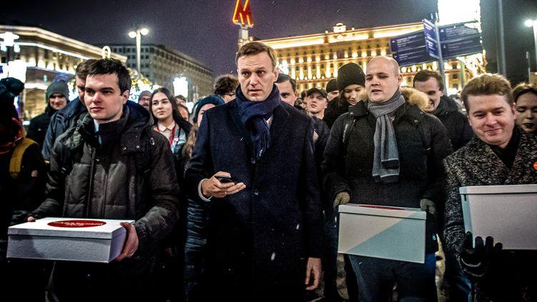Des manifestations anti-Poutine sont organisées dimanche en Russie. Ci-contre, l'opposant russe Alexeï Navalny apporte des boîtes remplies de signatures le 24 octobre 2017 pour se présenter à l'élection présidentielle. (DMITRY SEREBRYAKOV / AFP)