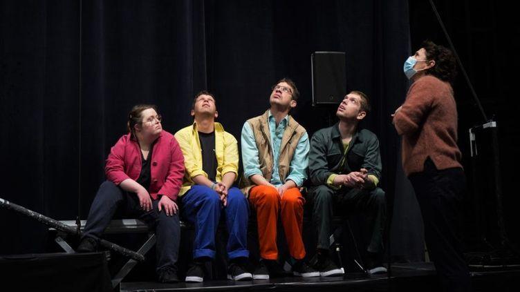 """Les 4 comédiens de la pièce """"Bouger les lignes"""" de la compagnie L'Oiseau-Mouche (Compagnie Oiseau-Mouche)"""