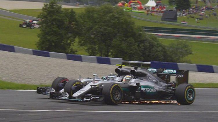Lewis Hamilton (au premier plan) au contact avec Nico Rosberg dans le dernier tour du Grand Prix d'Autriche