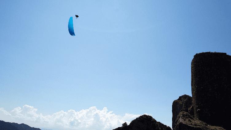 (Theo de Blic réalise un Infinity Tumbing au dessus du château de Peyrepertuse en juin dernier © Vigi Photographie)