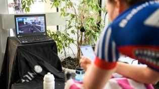 Une cycliste professionnelle qui s'entraîne sur Zwift. (HELGE PRANG / GES-SPORTFOTO)