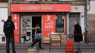Des clients attendent devant un magasin bio à Nantes, le 2 avril 2020. (SAMUEL HENSE / AFP)
