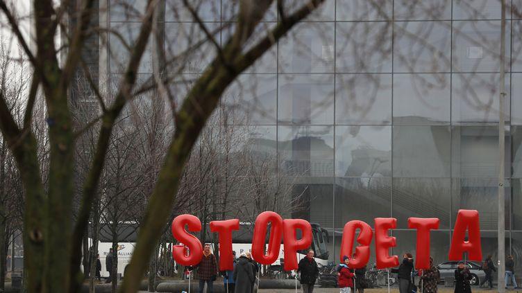 Des militants manifestent contre le Ceta, à Berlin (Allemagne), le 16 février 2017. (ODD ANDERSEN / AFP)