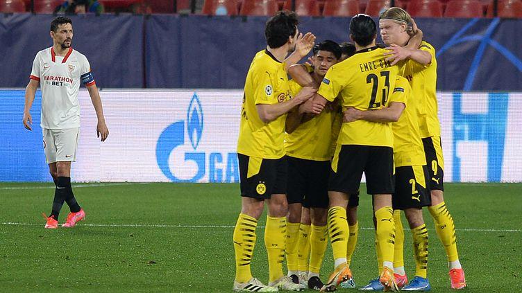 La joie des joueurs du Borussia Dortmund sur le terrain de Seville le 17 février 2021 (CRISTINA QUICLER / AFP)
