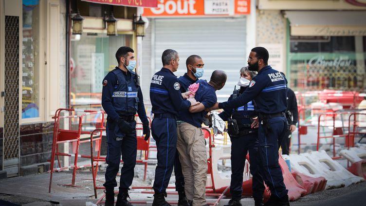 Une personne contrôlée à Nice (Alpes-Maritimes), le 6 avril 2020, durant le confinement mis en place pour lutter contre le coronavirus. (ARIE BOTBOL / HANS LUCAS / AFP)
