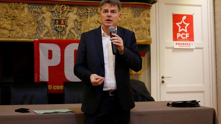 Fabien Roussel, secrétaire national du Parti communiste français, lors d'une réunion àCherbourg-Cottleville (Manche), le 8 février 2019. (CHARLY TRIBALLEAU / AFP)