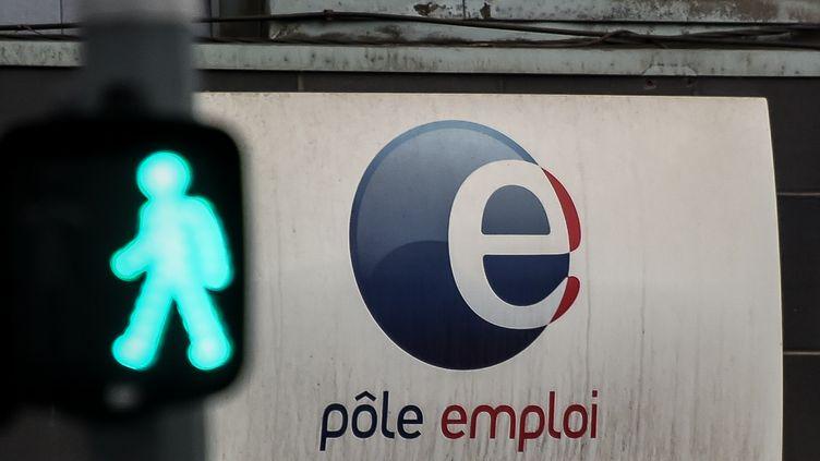 Une enseigne Pôle emploi avec un signal lumineux déstiné aux piétons. Photo d'illustration. (PHILIPPE HUGUEN / AFP)