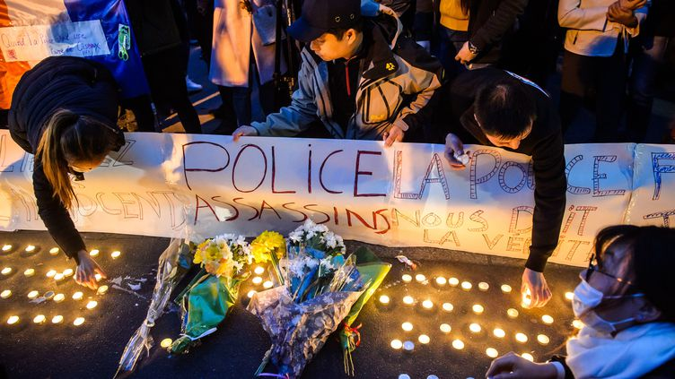 Des membres de la communauté chinoise à Paris rendent hommage à Liu Shaoyo, le 26 mars 2017, à Paris. (MAXPPP)