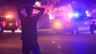Un homme de dos, mains sur la tête, à proximité de la discothèque où une fusillade est survenue, à Thousand Oaks, en Californie (États-Unis). (FRANCE 2)