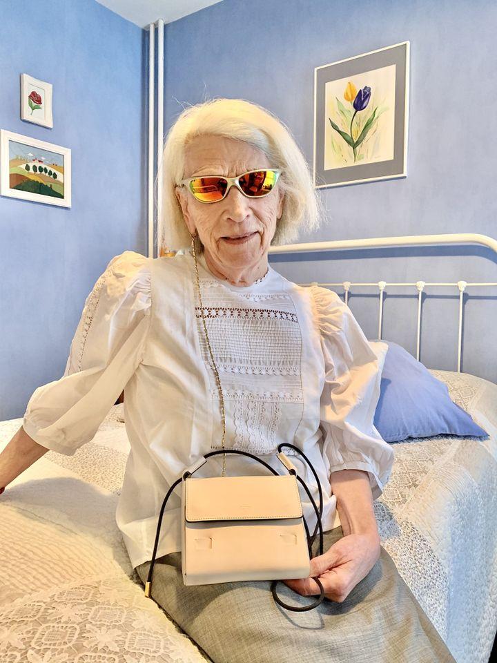 Sac médium Flap Pouch en blanc et or porté par Jacqueline, la grand-mère de Simon Delacour, création domestique (Simon Delacour)