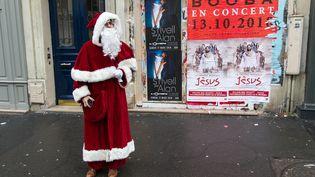 Raphaël Godet, journaliste à franceinfo, grimé en père Noël, dans les rues du 18e arrondissement de Paris, le 20 novembre 2017. (ELODIE DROUARD / FRANCEINFO)