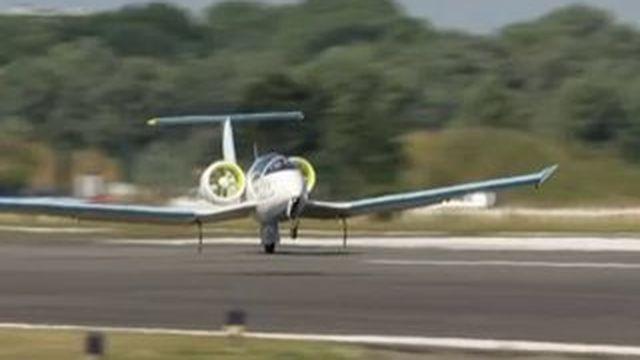 L'atterrissage de l'E-Fan, le 1er avion 100% électrique à traverser la Manche