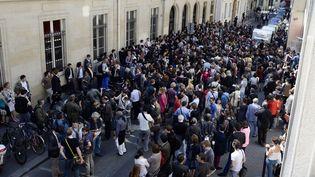 Etudiants, élus et journalistes se sont déplacés en nombre jeudi 6 juin devant Sciences po Paris (LIONEL BONAVENTURE / AFP)