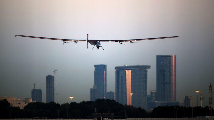 Solar Impulse 2 décolle d'Abou Dhabi, le 9 mars 2015. (MARWAN NAAMANI / AFP)