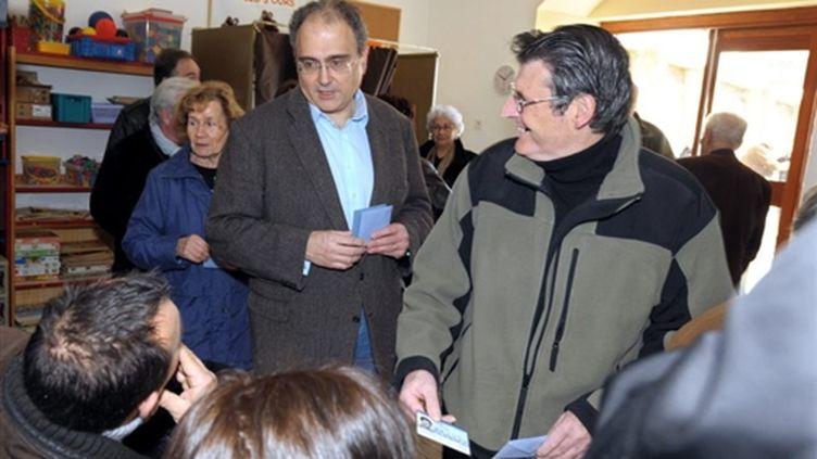 Paul Giaccobi, s'apprêtant à voter le 14 mars: le futur président de l'Assemblée territoriale ? (AFP - Stéphan AGOSTINI)