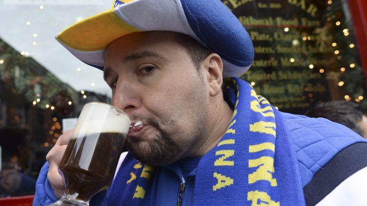 Un supporter de l'Ukraine, au bar pour supporter son équipe. (ARTUR WIDAK / NURPHOTO)
